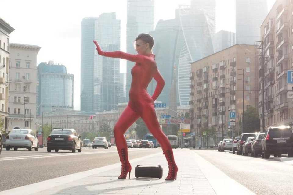 В клипе на песню «Печалька» Алина Делисс предстала в неожиданном образе