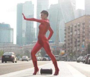В клипе на песню «Печалька» Алина Делисс предстала в неожиданном образе (vmodeonline.ru)